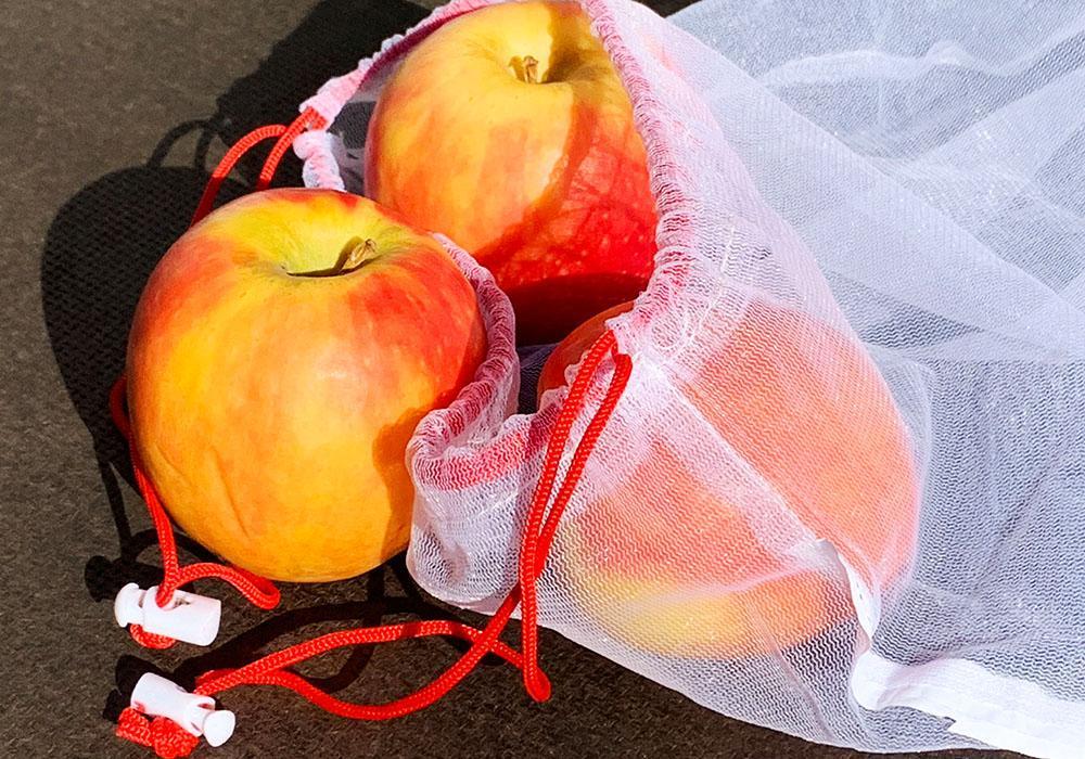Zero Waste: Äpfel im Obstnetz verpacken.