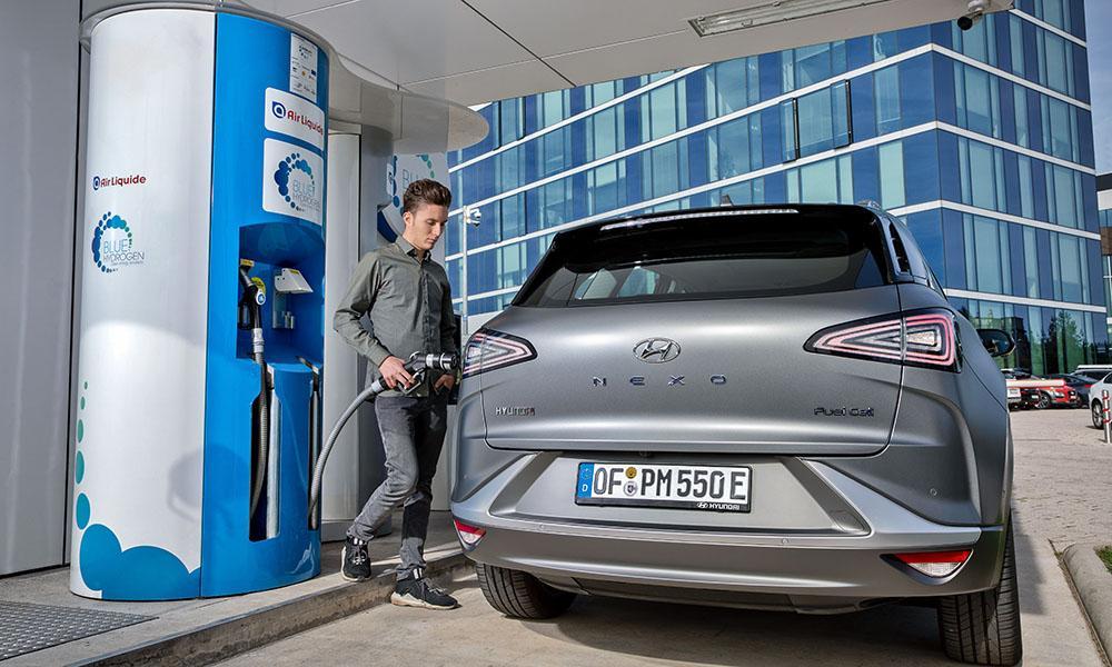 Das Wasserstoffauto Hyundai Nexo tankt an einer Wasserstoff-Tankstelle..