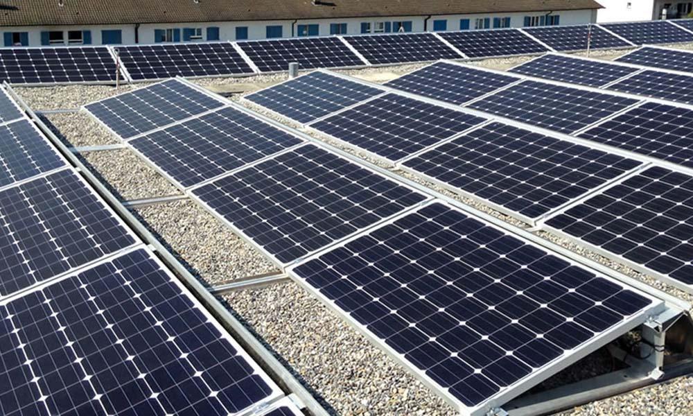 Eine Photovoltaik-Anlage auf einem Flachdach mit einer Südausrichtung.