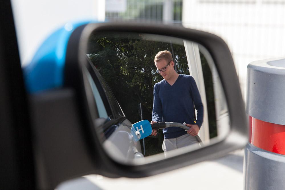 Mann tankt Brennstoffzellen-Auto mit Wasserstoff