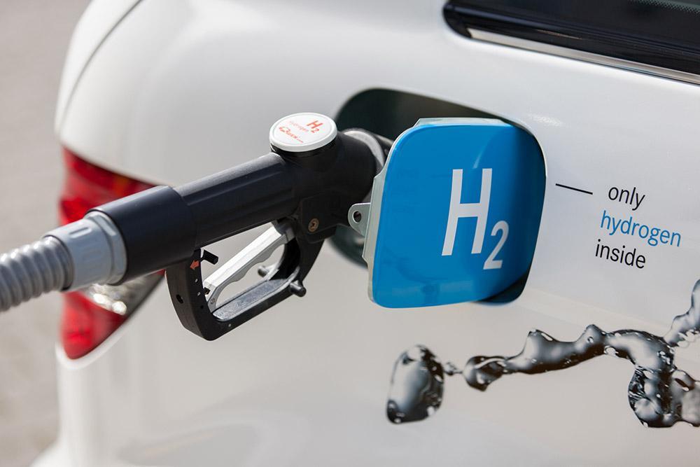 Brennstoffzellenauto tankt Wasserstoff