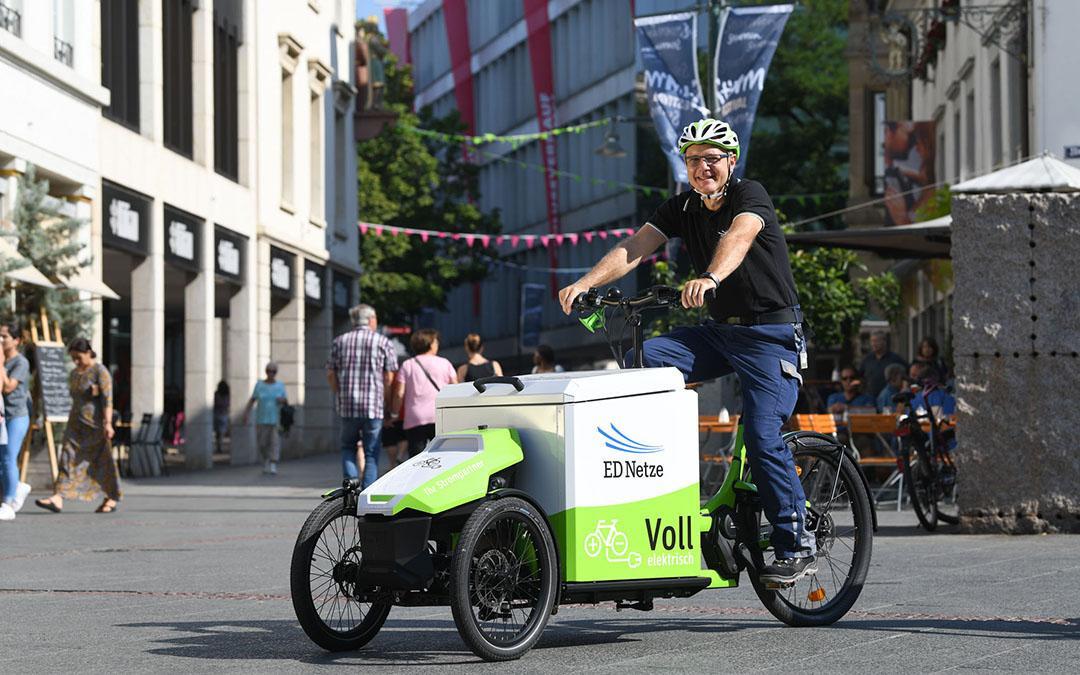 Lastenrad fährt in Lörrachs Innenstadt