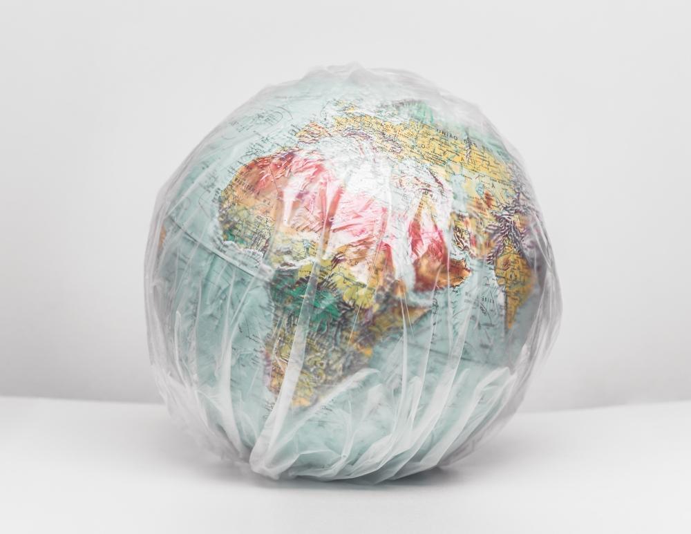Ein Globus ist in Plastik einghüllt.