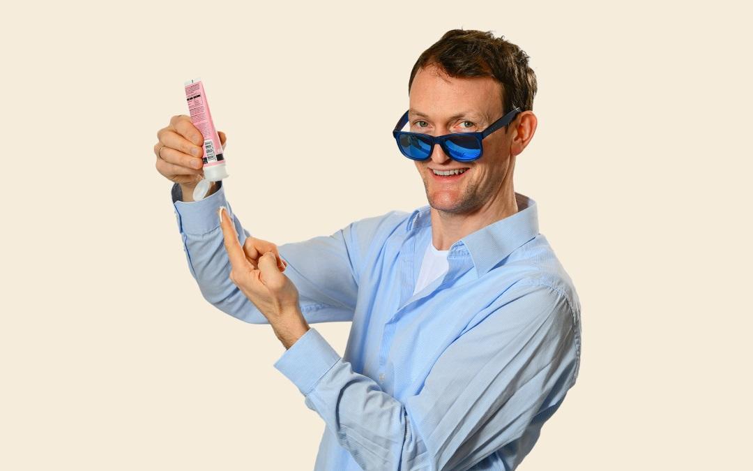 Simon Kuner mit einer Sonnencreme ohne Mikroplastik