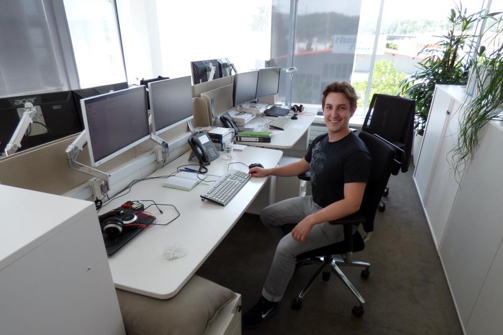 SAP-Entwickler sitzt an seinem Schreibtisch
