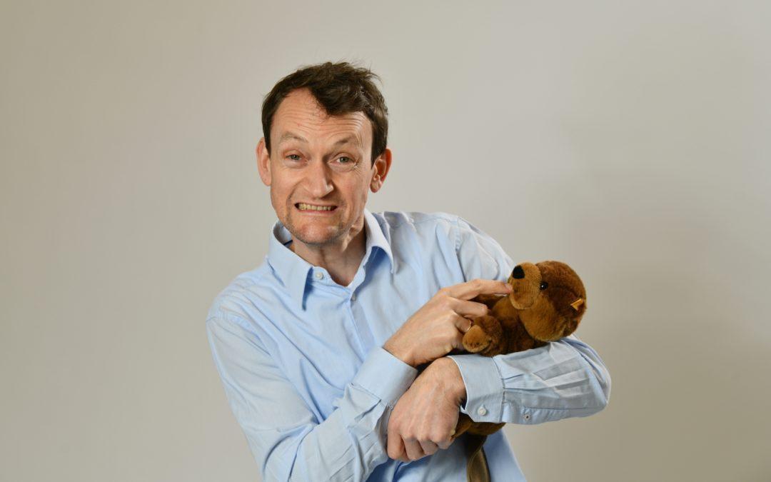 Simon Kuner hält einen Plüschbiber in seinem Arm