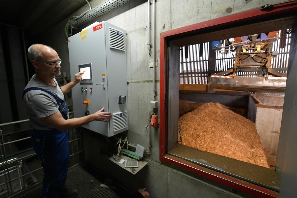 Harry Pfeiffer bedient den Kran des Hackschnitzel-Lagers der Holzwärme Müllheim