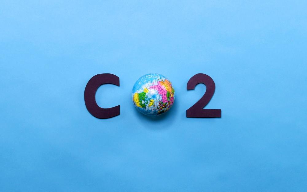 CO2 Schriftzug. Das O wird durch einen Erdball dargestellt.