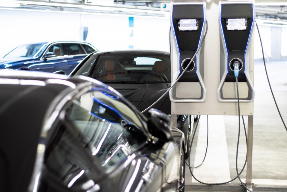 Elektroauto lädt Batterie an einem Ladepunkt