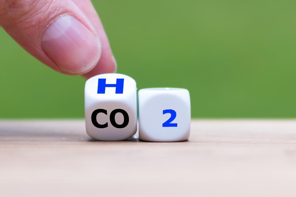 Mit Wasserstoff (H2) Autos antreiben, um den Ausstoß von Kohlendioxid (CO2) zu verringern: Durch die Förderung von Batteriefahrzeugen durch die Politik bleibt der Technologie-Wettbewerb auf der Strecke