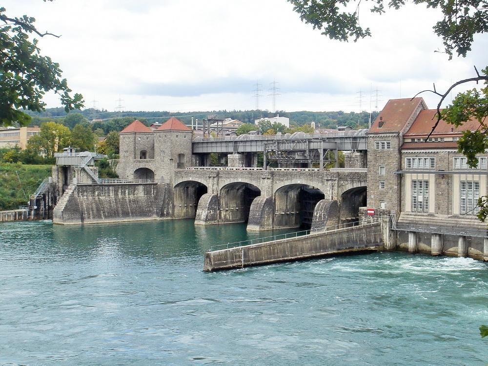 Ansicht auf das Unterwasser des Wasserkraftwerks Laufenburg
